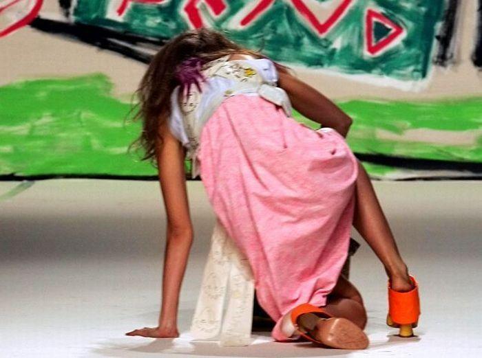 مواقف محرجة بالصور  - مضحكة  لعارضات الازياء - سقوط عارضات الازياء اثناء العرض